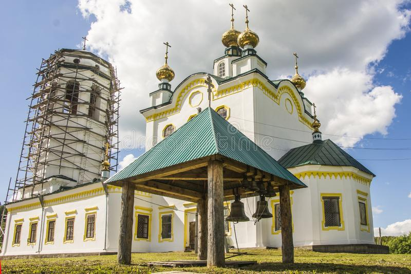 Russie R?gion de Perm Église russe orthodoxe sur le fond du ciel bleu d'été image libre de droits