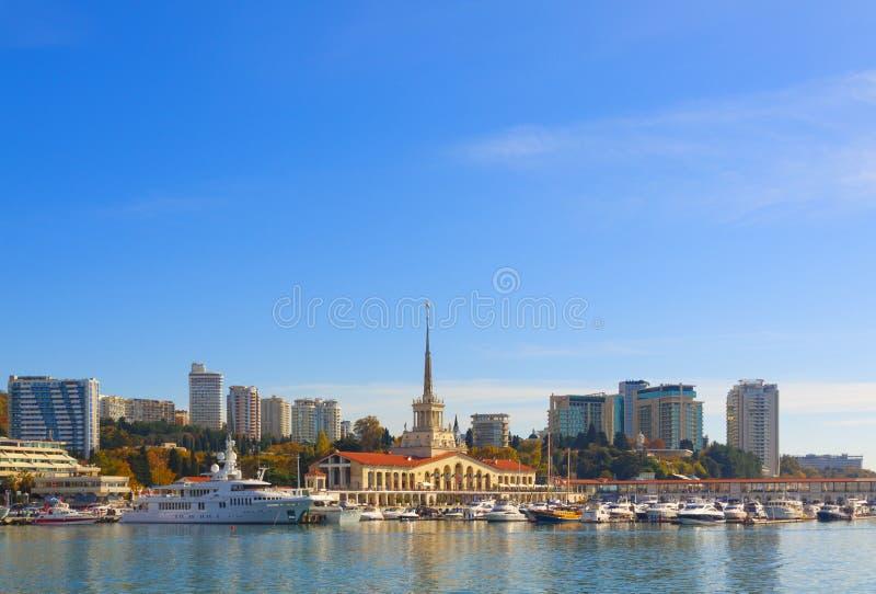 Russie, Sotchi, port maritime, station balnéaire, bateaux et yachts sur la jetée Ville de Sotchi, automne 2019 image stock