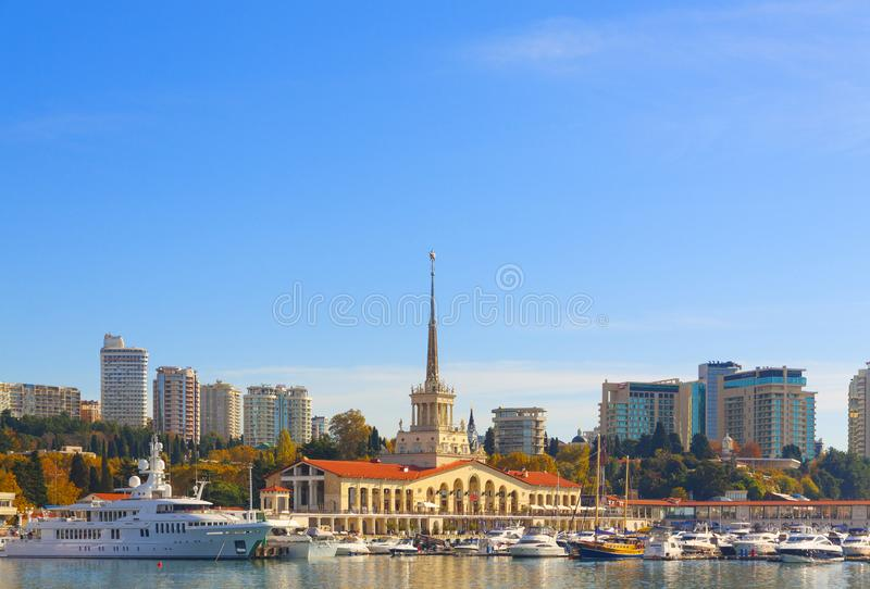 Russie, Sotchi, port maritime, station balnéaire, bateaux et yachts sur la jetée Ville de Sotchi, automne 2019 images stock
