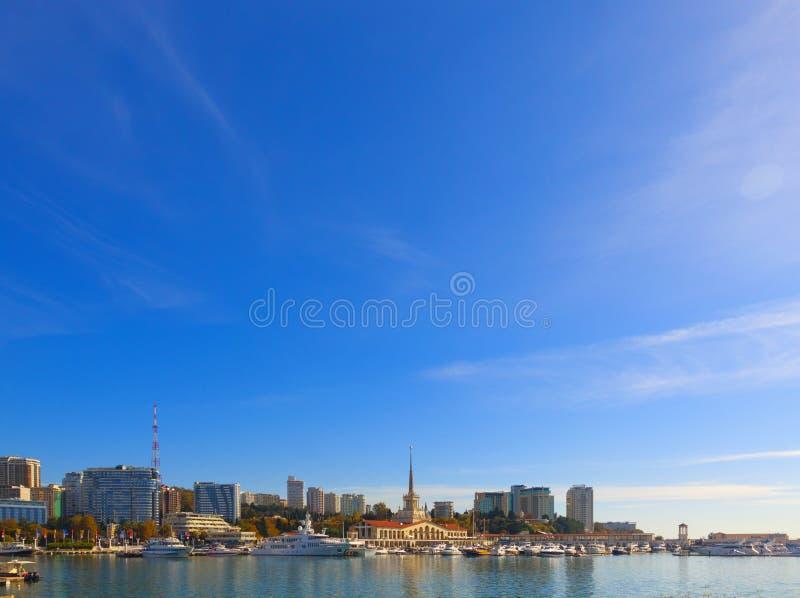 Russie, Sotchi, port maritime, station balnéaire, bateaux et yachts sur la jetée Ville de Sotchi, automne 2019 images libres de droits