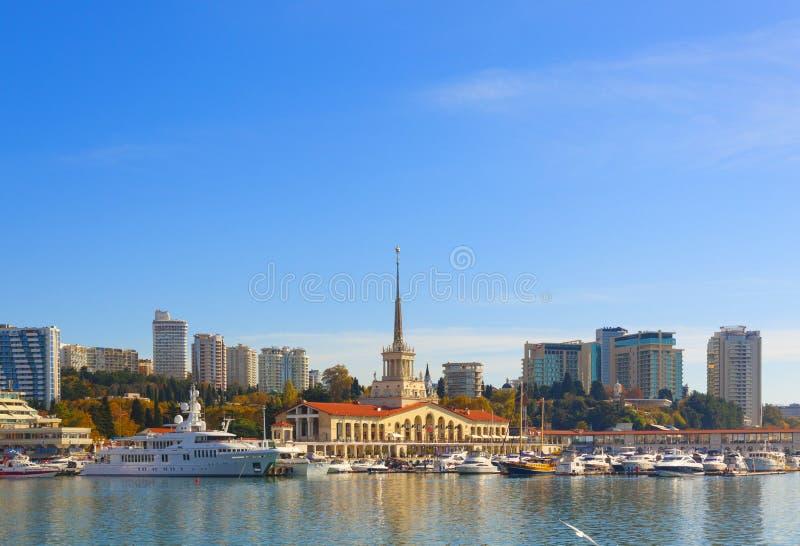 Russie, Sotchi, port maritime, station balnéaire, bateaux et yachts sur la jetée Ville de Sotchi, automne 2019 photographie stock