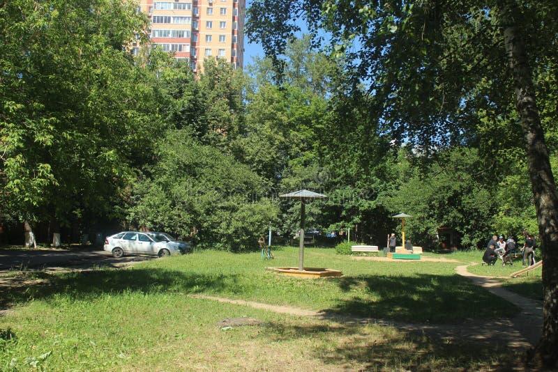 Russie Ville de Korolyov Promenade dans Kostino Terrain de jeu à la maison de vieux yard photos stock