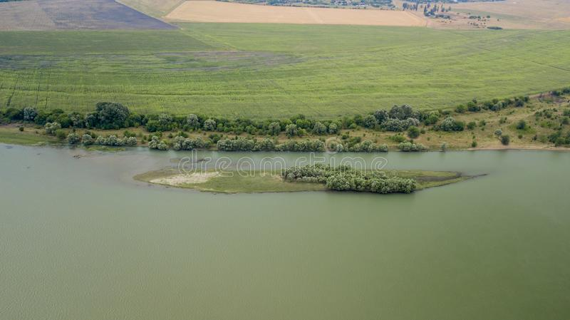 Russisch bos, rivier, wegen onder blauwe hemel door luchthommel royalty-vrije stock foto's