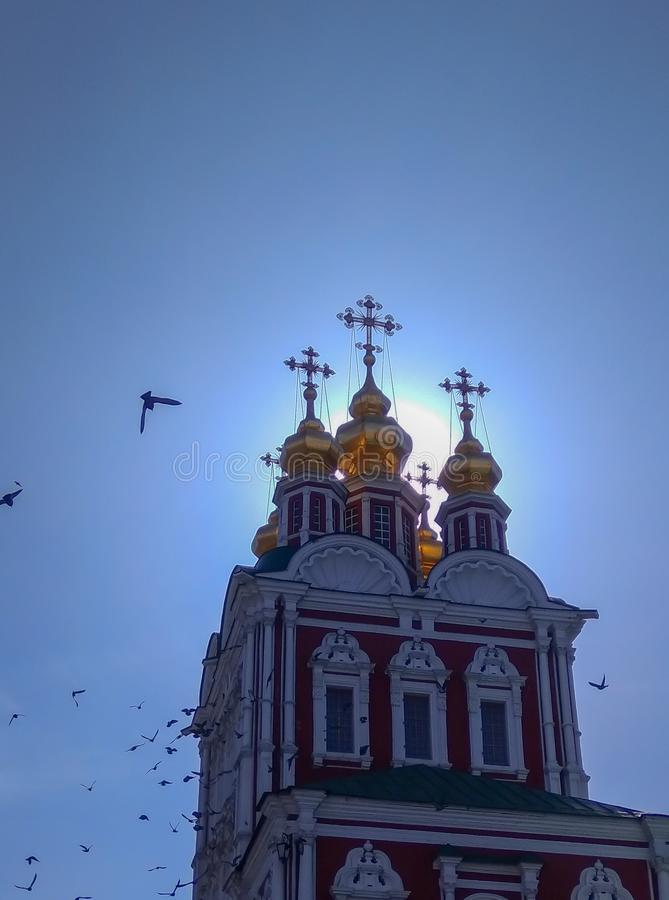 Russisch Christian Church Dome tegen Duidelijke Blauwe Hemel Vliegende vogels rond stock foto