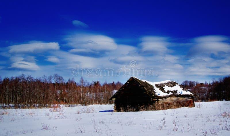 Russisch de winterlandschap weinig huis stock fotografie