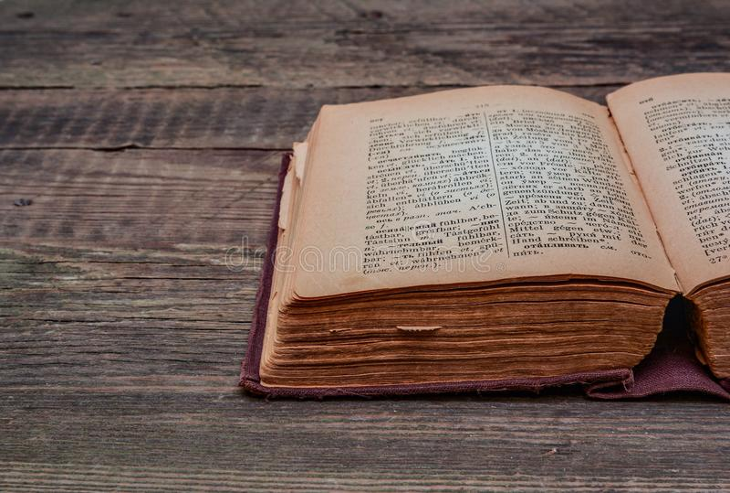 Russisch-deutsches Wörterbuch der alten Weinlese 1948-jährig von der Freigabe stockbilder