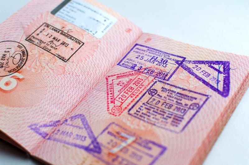 Russisch die paspoort bij de grensovergang wordt gestempeld Vertrek en aankomstimmigratiezegels royalty-vrije stock foto