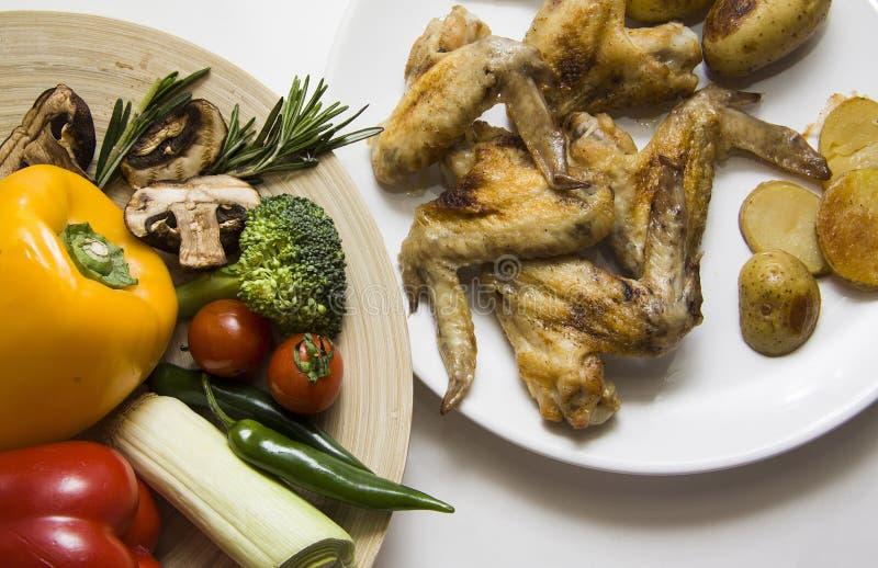 Russisch Gebakken vlees en verse groenten stock fotografie