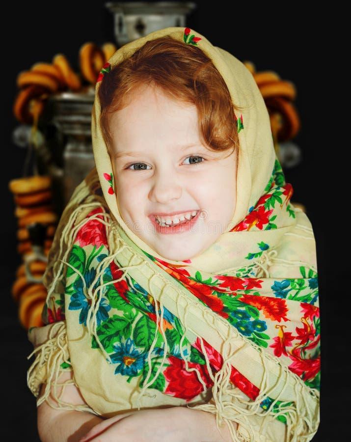 Russisch glimlachend meisje in de nationale gevormde sjaal stock fotografie