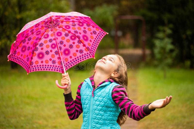 Russisch Meisje met Paraplu Lopen, die van Autumn Nature genieten stock afbeelding
