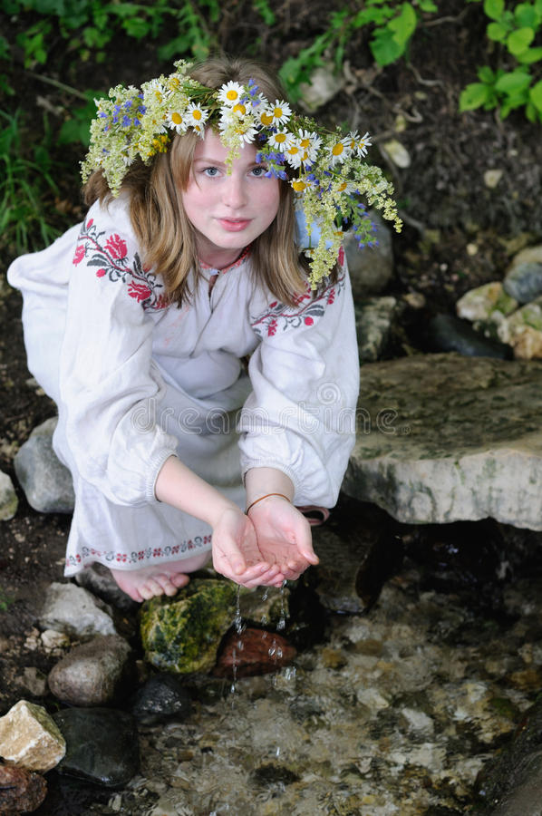 Russisch meisje in nationaal kostuum royalty-vrije stock afbeelding
