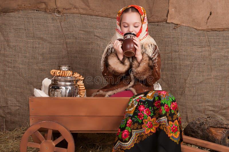 Russisch meisje in nationale kleding royalty-vrije stock fotografie
