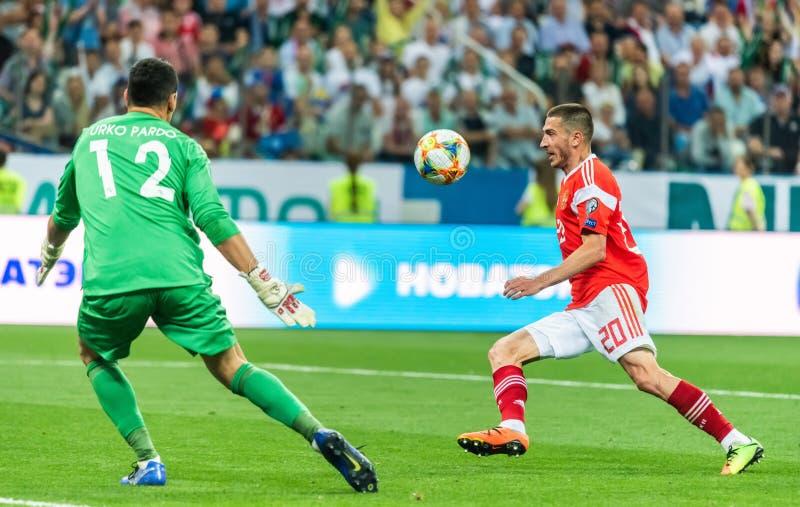 Russisch nationaal team midfielder Aleksei Ionov tegen Cypriotisch grootportier Urko Pardo royalty-vrije stock afbeelding