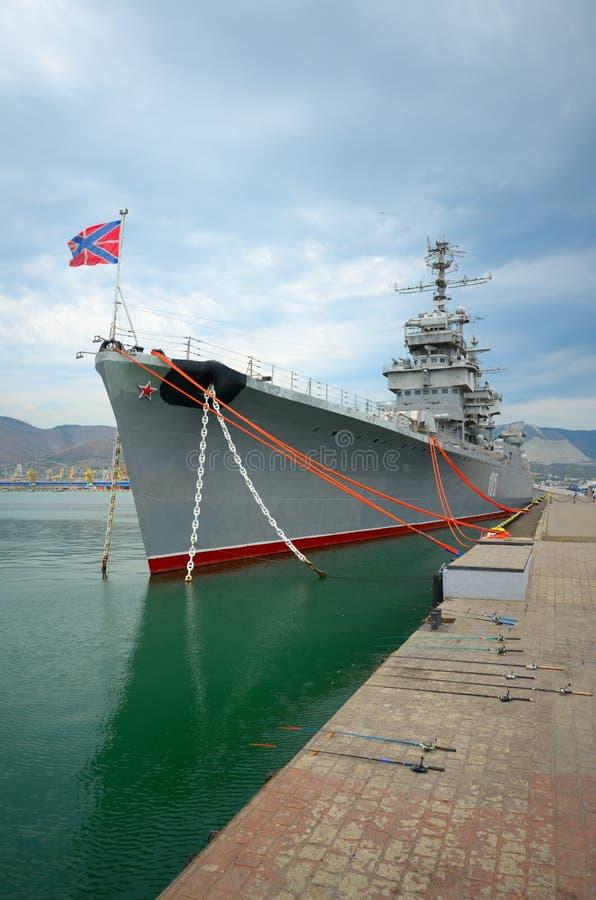 Russisch oorlogsschip bij de pijler stock foto
