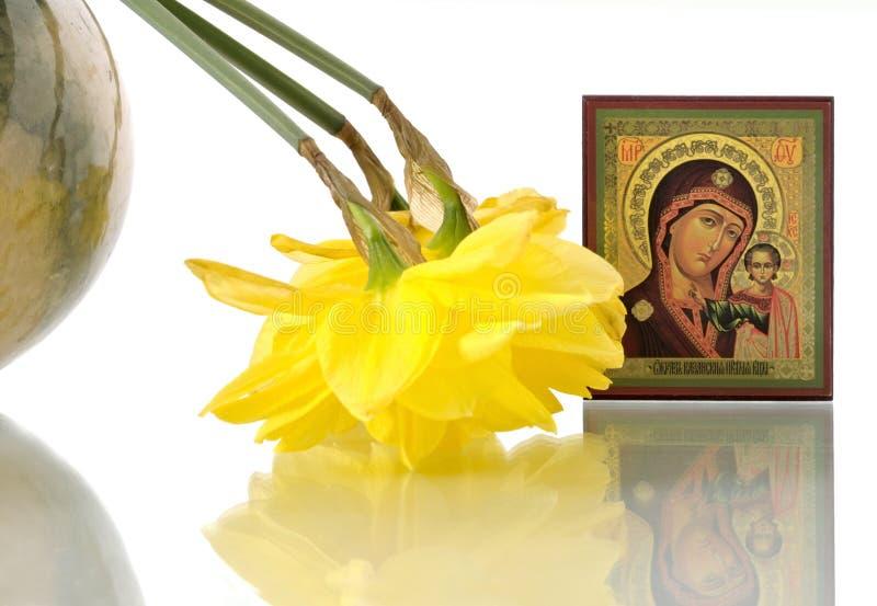 Russisch pictogram van Maagdelijke Mary en gele narcissen in rond stock fotografie