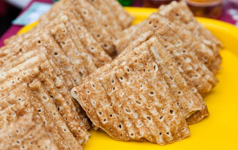 Russisch traditioneel voedsel Smakelijke gebraden pannekoeken stock foto's