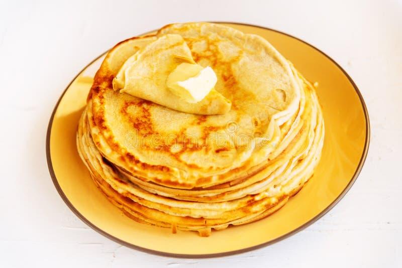 Russisch traditioneel voedsel Smakelijke gebraden pannekoeken tijdens Pannekoekweek stock foto's