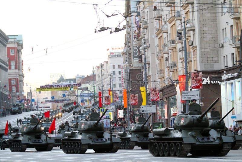 Russische Armee-Militärfahrzeuge in im Stadtzentrum gelegenem Moskau stockbilder