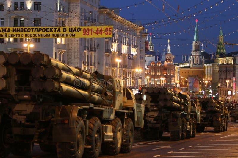 Russische Armee-Militärfahrzeuge in im Stadtzentrum gelegenem Moskau lizenzfreies stockfoto