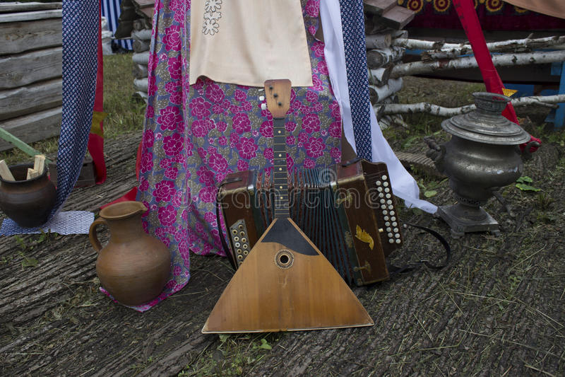 Russische balalaika en harmonika Van Rusland met Liefde Russische volksinstrumenten Onthaal aan Rusland Een de zomerfestival stock fotografie