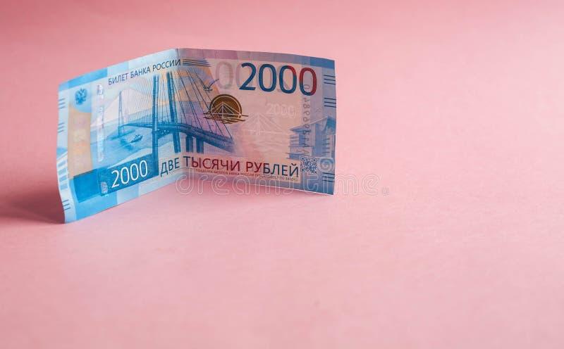 Russische bankbiljetten in benamingen van 2000 roebels op een roze achtergrond royalty-vrije stock foto