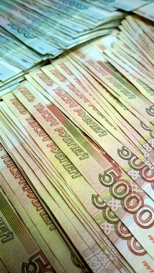 Russische bankbiljetten van duizend vijf duizend roebels Vijf duizend in de voorgrond stock fotografie