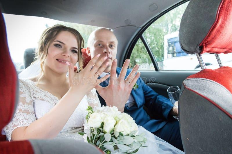 Russische Braut und Bräutigam im Auto lizenzfreie stockfotos