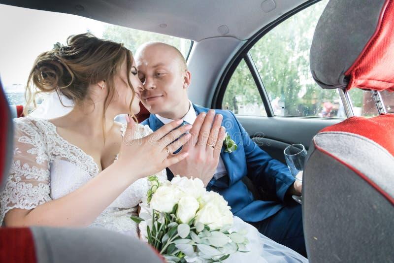 Russische Braut und Bräutigam im Auto stockbild