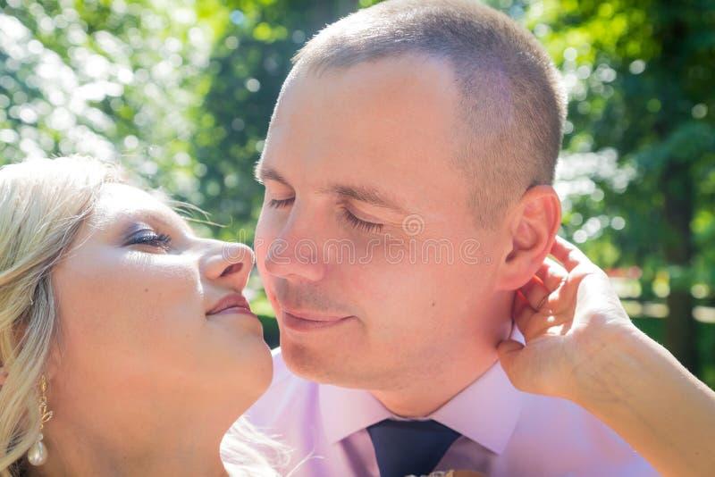 Russische Braut und im grünen Stadtpark zusammen sich pflegen stockfoto