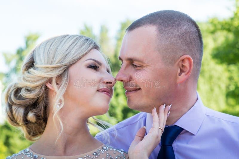 Russische Braut und im grünen Stadtpark zusammen sich pflegen stockfotografie