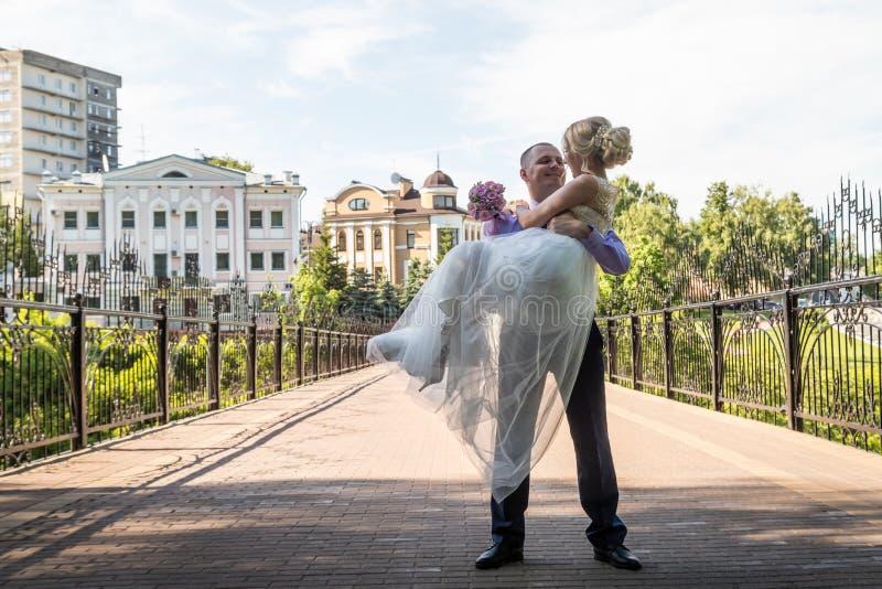 Russische Braut und im grünen Stadtpark zusammen sich pflegen stockbilder