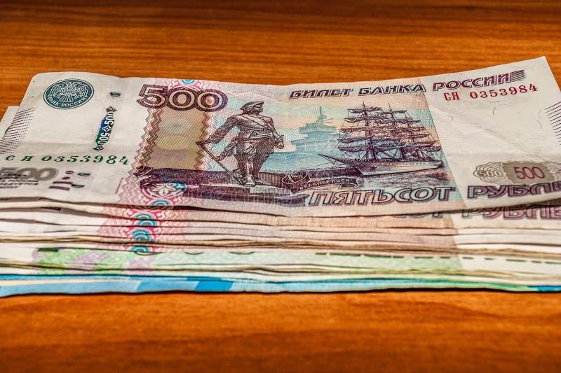 Russische die bankbiljetten op de lijst worden gestapeld stock foto