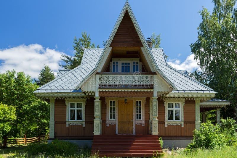 Russische Dorfanziehungskräfte in Verkhniye Mandrogi lizenzfreie stockfotografie