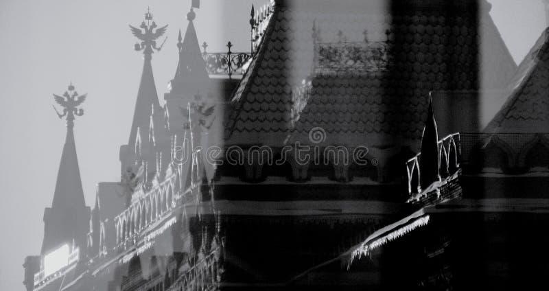 Russische dubbel-geleide adelaars boven op het Kremlin in Rusland stock fotografie