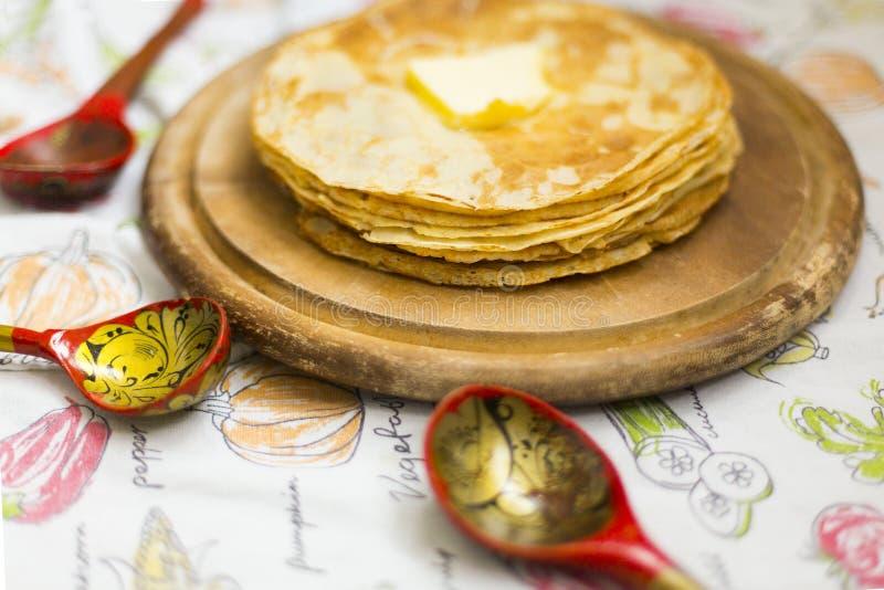 Russische dunne pannekoeken met smeltende boter op de bovenkant royalty-vrije stock foto's