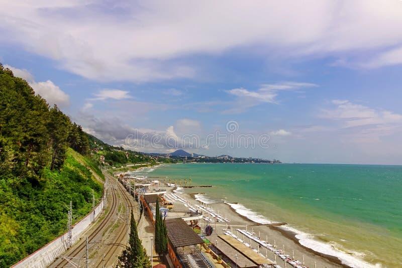 Russische Eisenbahnlinie, die entlang die Schwarzmeerküste läuft lizenzfreie stockbilder