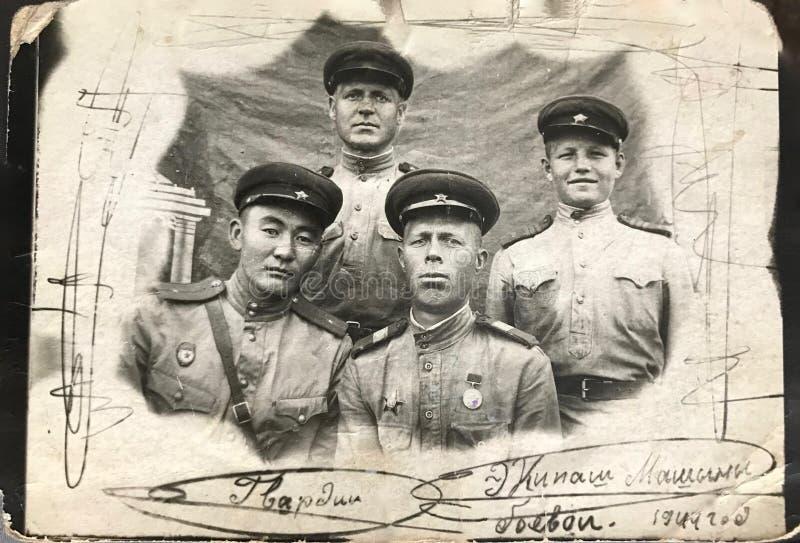 RUSSISCHE FEDERATIE, KIEV - Juli 15, 1944: De leden van de gevechtstankbemanning alvorens naar de historische slag in Lwow, de Oe royalty-vrije stock afbeeldingen