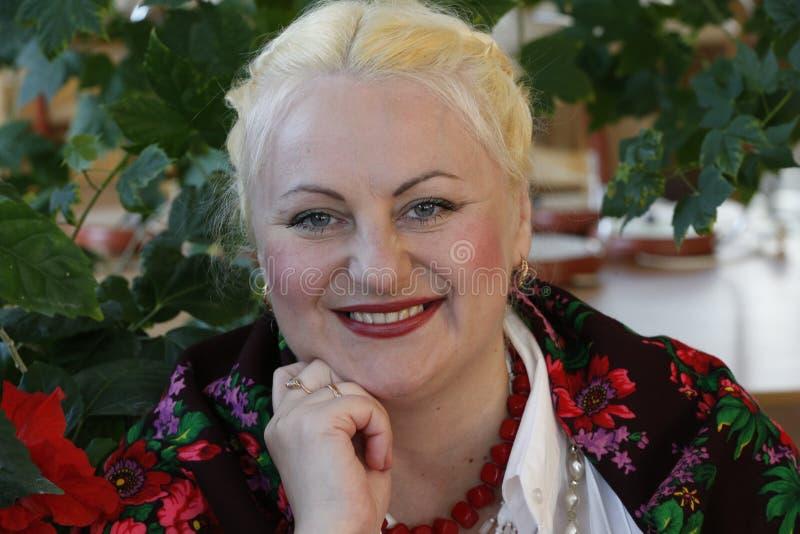 Russische Frau in einem gemalten Kopftuch stockbilder
