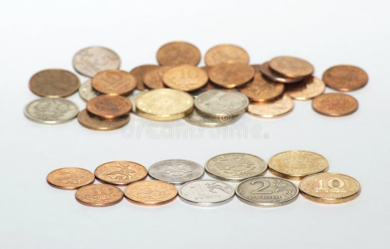 Russische geldmuntstukken op witte achtergrond stock foto