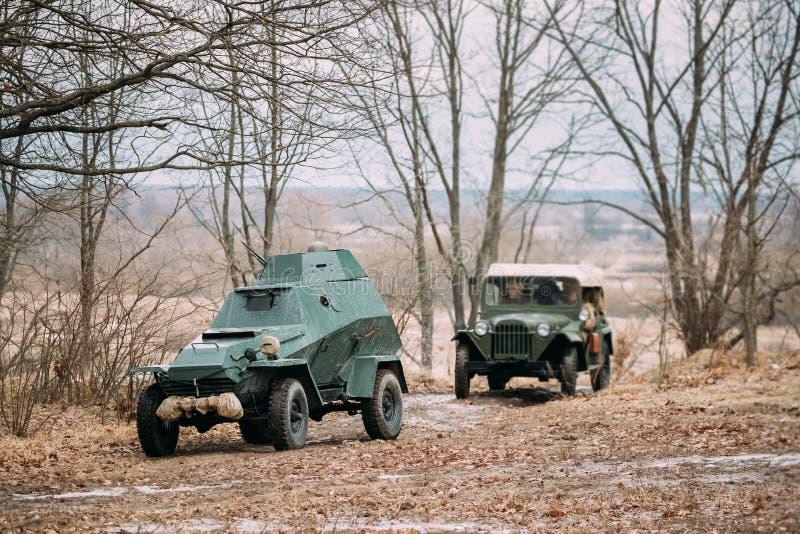 Russische Gepantserde Sovjetverkenner Car bedelaar-64 van Wereldoorlog II en Vrachtwagen stock afbeelding