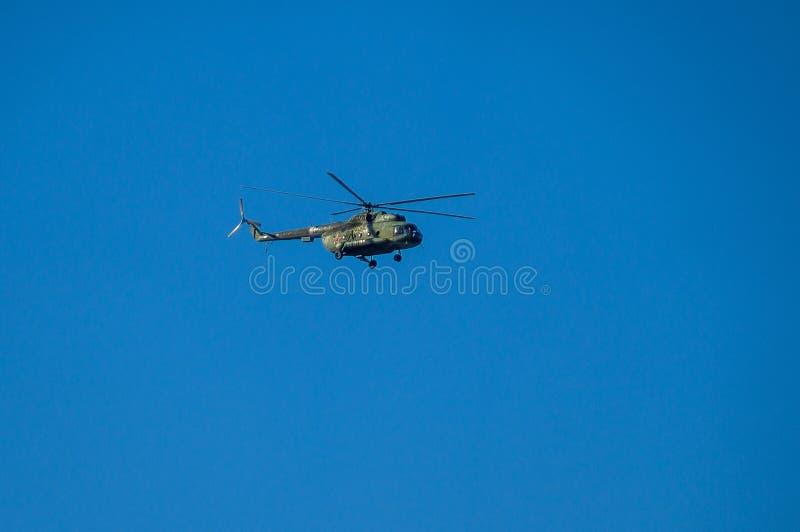 Russische helikopter tijdens de vlucht stock fotografie