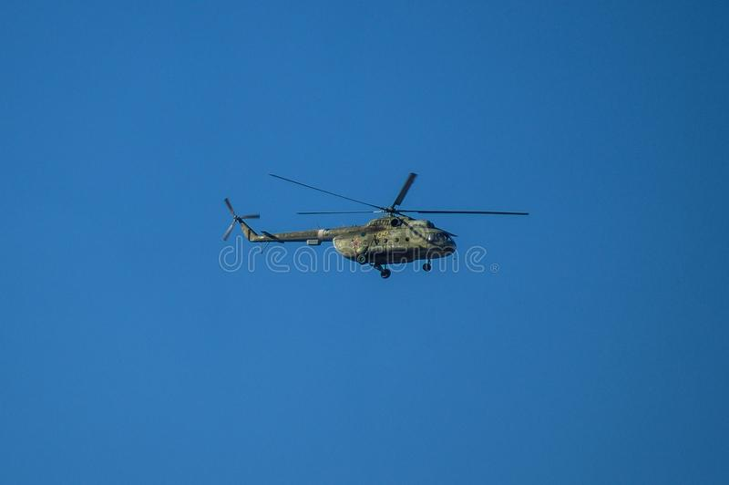 Russische helikopter tijdens de vlucht stock afbeeldingen