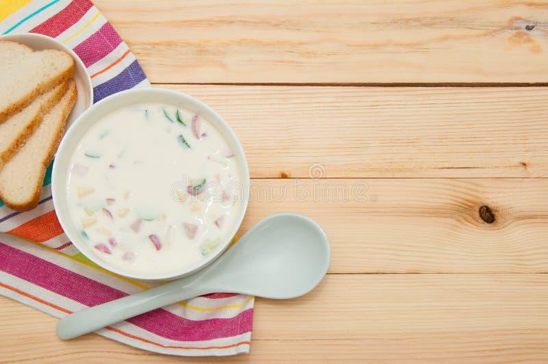 Russische kalte Gemüsesuppe auf Sauermilchbasis - okroshka Rohe Gurken, Rettiche, Wurst und gekochte Eier u. Kartoffeln stockfoto