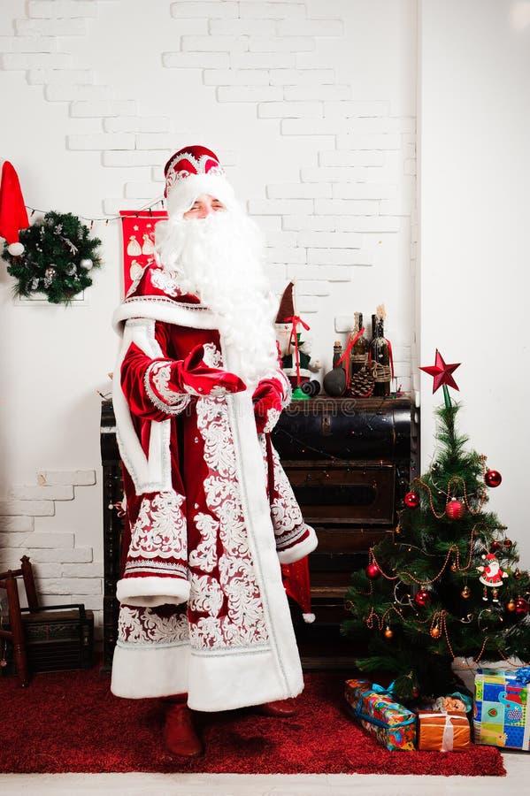 Russische Kerstmiskarakters: Ded Moroz, Kerstman en Snegurochka, sneeuwmeisje het stellen in de studio royalty-vrije stock foto
