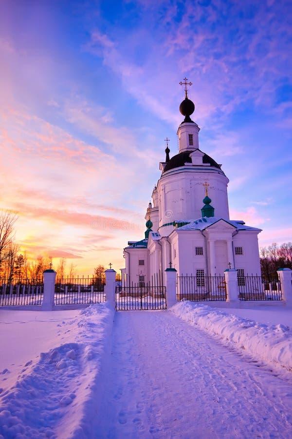 Russische Kirche am Wintersonnenuntergang lizenzfreies stockfoto