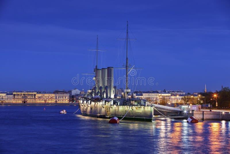 Russische Kreuzer Aurora - Russe schützte Kreuzer nachts, St. lizenzfreie stockfotografie