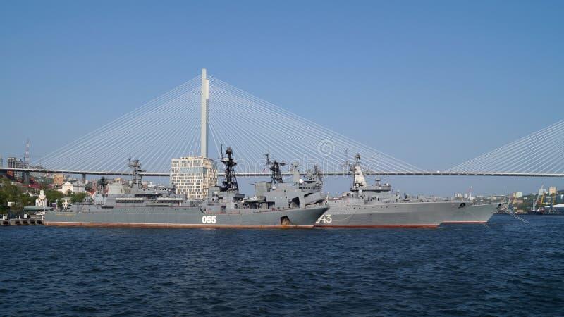 Russische Kriegsschiffe in der goldenen Horn-Bucht Vladivostok, Russland lizenzfreies stockfoto