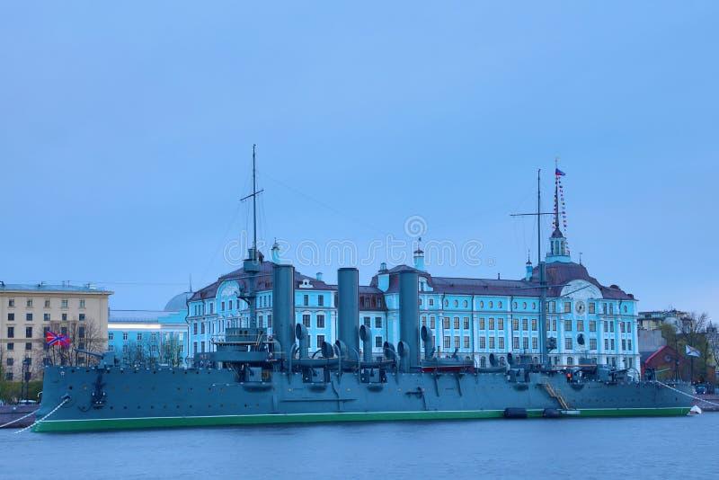 Russische kruiserdageraad in de mond van Neva-rivier in Petersburg dichtbij de Zeeschool van Nakhimov stock afbeeldingen