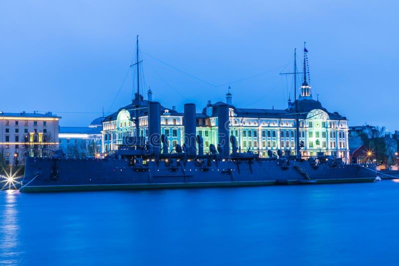 Russische kruiserdageraad in de mond van Neva-rivier in Petersburg dichtbij de Zeeschool van Nakhimov royalty-vrije stock foto's