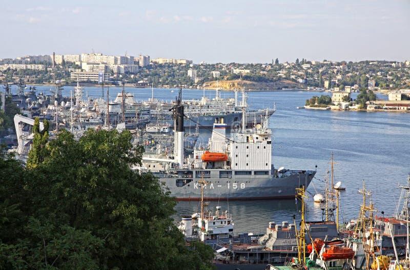 Russische Marineoorlogsschepen bij de Baai van Sebastopol, de Krim, de Oekraïne royalty-vrije stock foto